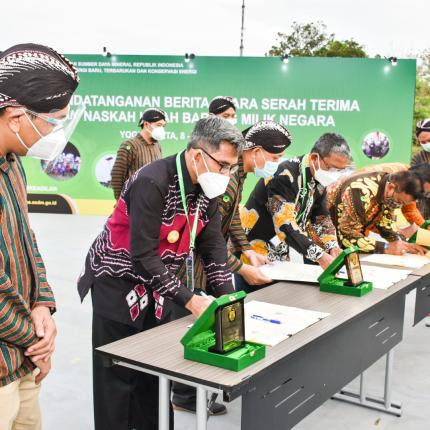 Sekretaris Ditjen EBTKE, Halim Sari Wardana menyaksikan penandatanganan BAST di Rama Shinta Garden Resto, Yogyakarta. (09/10/2020)