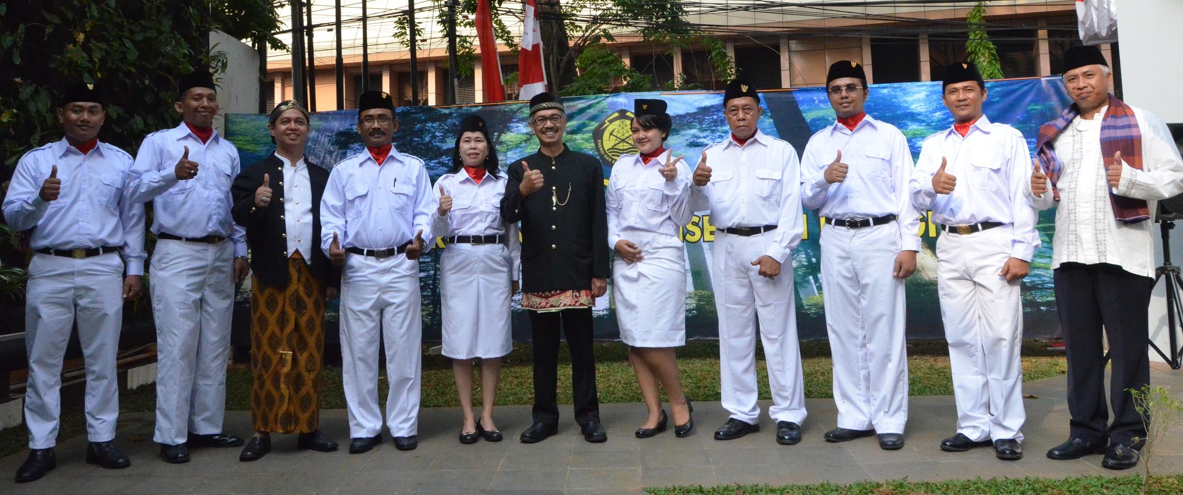 Sesditjen EBTKE foto bersama Petugas Upacara