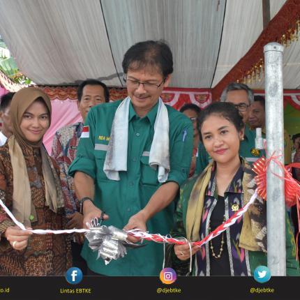 Peresmian PLTS Terpusat ditandai dengan Pengguntingan Pita oleh Dirjen EBTKE, Rida Mulyana didampingi oleh Bupati Nunukan, Asmin Laura H dan Anggota Komisi VII DPR RI, Ari Yusnita.
