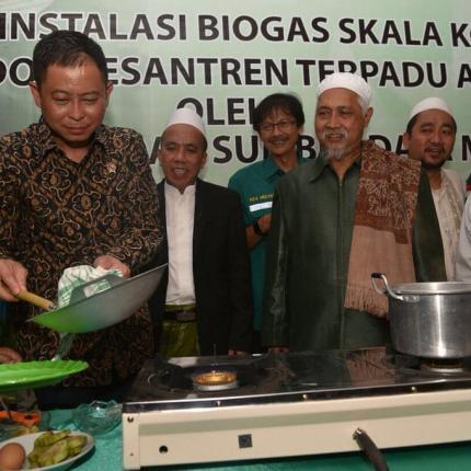 Menteri ESDM mencoba memasak dengan menggunakan kompor dari tenaga Biogas