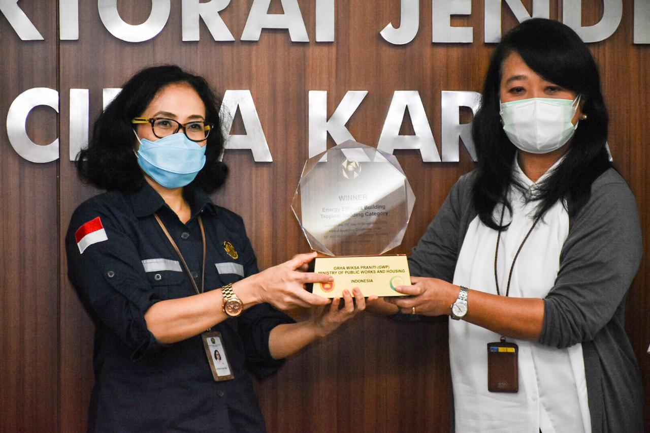 Secara Simbolis Direktur Konservasi Energy memberikan Penghargaan Asean Energi Awards 2020 kepada Dirjen Cipta Karya di kantor Ditjen Cipta Karya, Jakarta (18/02/2021)(NS)