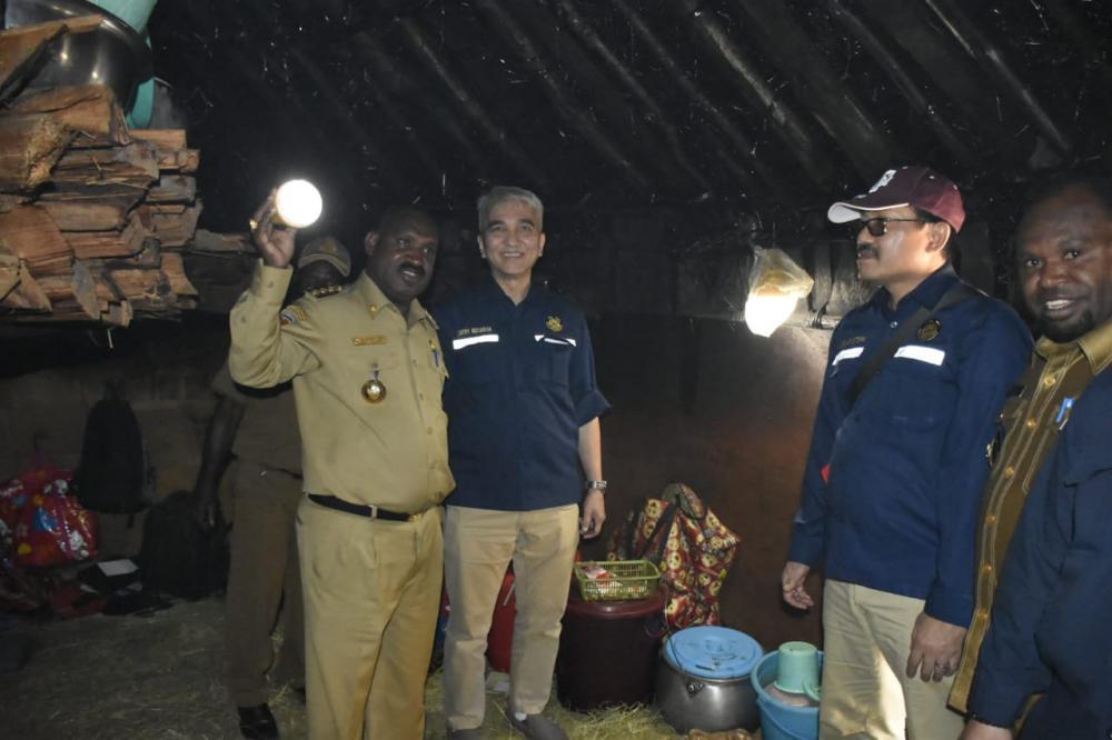 Staf Ahli Menteri ESDM Bidang Lingkungan Hidup dan Tata Ruang, Satry Nugraha mengunjungi salah satu rumah warga yang telah dibagikan LTSHE