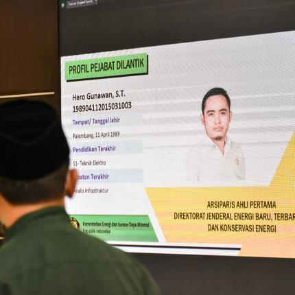 Pelaksanaan pelantikan digelar dengan protokol Kesehatan Covid-19 secara ketat di Gedung Slamet Bratanata, Jakarta (05/04/2021), dan beberapa pegawai mengikuti kegiatan ini melalui jaringan video conf
