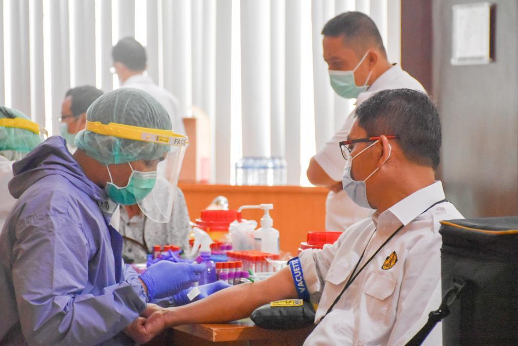 Dirjen EBTKE, Dadan Kusdiana sedang diambil sampel darahnya sebagai salah satu proses Medical Check Up di Gedung Slamet Bratanata, Jakarta (21/12/2020)