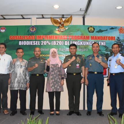 Foto Bersama Direktur Bioenergi dengan jajaran TNI dan Narasumber pada acara kegiatan Sosialisasi Implementasi Program Mandatori B20 di Lingkungan TNI
