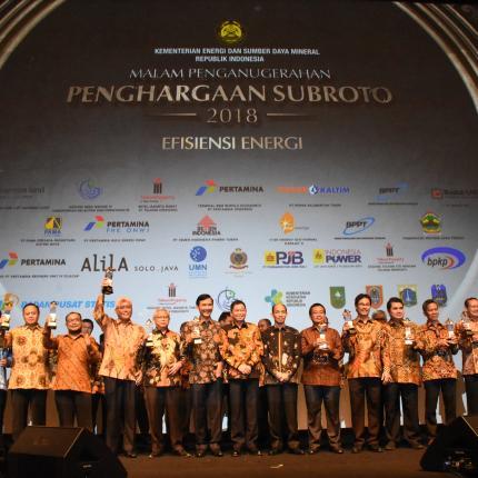 Foto bersama Menteri ESDM, Ignasius Jonan dengan para pemenang Penghargaan Soebroto