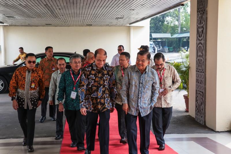 Dirjen EBTKE mendampingi Wakil Menteri ESDM menyambut kedatangan Wakil Presiden Republik Indonesia, Jusuf Kalla dalam acara IIGCE ke-7 Tahun 2019