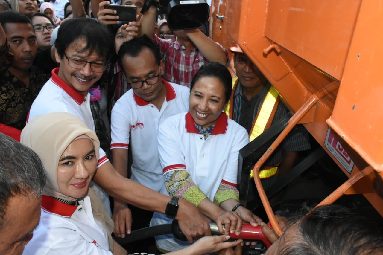 Pengisian Bahan Bakar Biodiesel oleh Dirjen EBTKE, Rida Mulyana dan Menteri BUMN, Rini Soemarno