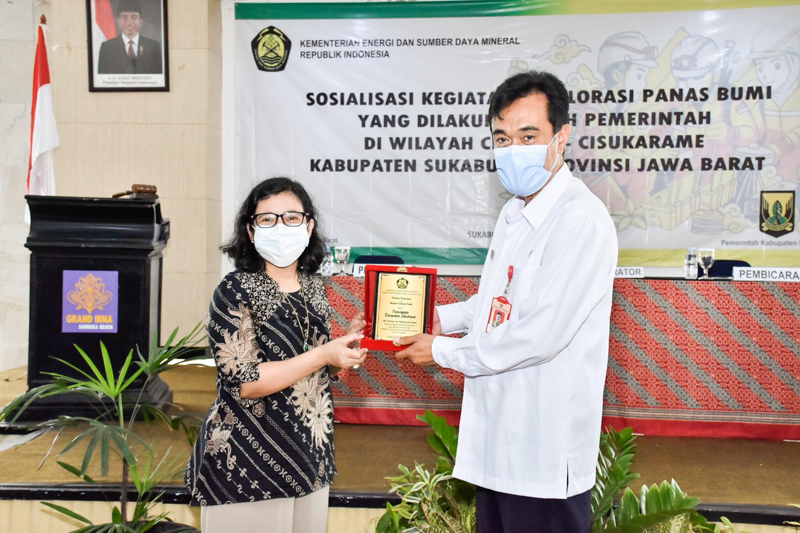 Direktur Panas Bumi Ditjen EBTKE, Ida Nuryatin Finahari memberikan cindera mata kepada perwakilan Pemerintah daerah Kabupaten Sukabumi di Kecamatan Cisolok, Kabupaten Sukabumi. (02/09/2020)