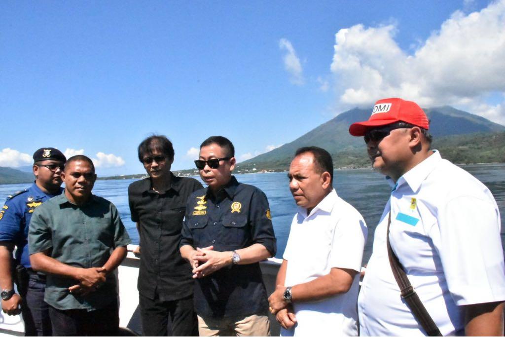 Menteri ESDM, Ignasius Jonan didampingi Dirjen EBTKE, Rida Mulyana meninjau lokasi rencana pembangunan Pembangkit Listrik Tenaga Arus Laut (PLTAL) di Selat Larantuka, Flores Timur, NTT, Sabtu (31/3)