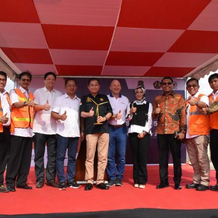 Dalam kunjungannya ke lokasi tersebut, Jonan memantau kemajuan PLTB berskala utilitas pertama di Indonesia yang dikembangkan oleh PT UPC Sidrap Bayu Energi dengan investasi senilai USD 150 juta
