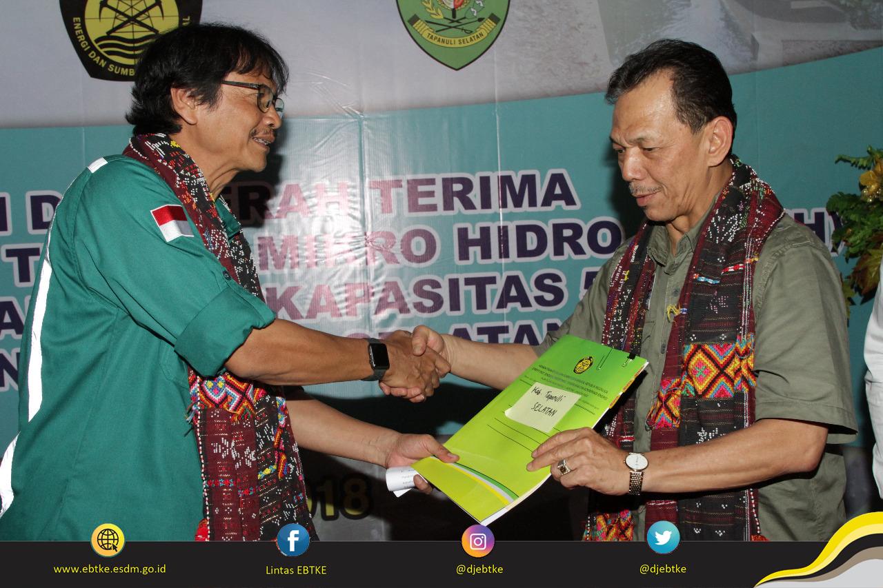 Penyerahan BAST oleh Direktur Jenderal EBTKE, Rida Mulyana kepada Bupati Tapanuli Selatan, Syahrul M Pasaribu