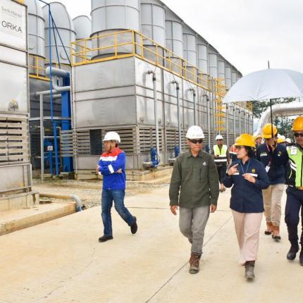 Direktur Panas Bumi, Ida Nuryatin Finahari berkeliling ke area kerja pembangkit di PLTP Sorik Marapi, Kabupaten Mandailing Natal, Sumatera Utara. (13/02/2020)