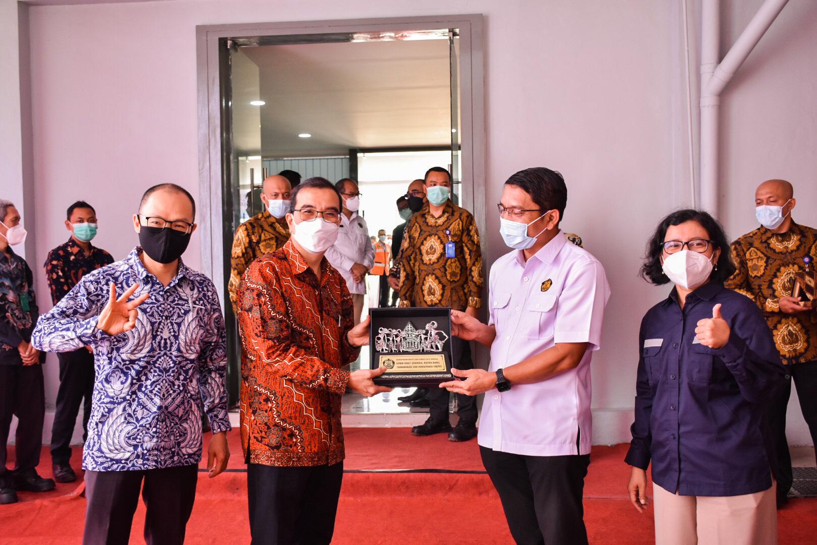 Penyerahan secara simbolis momento dari Dirjen EBTKE kepada Dirut PT Indocement Tunggal Prakarsa Tbk di Citereup, Bogor (01/04/2021) (NS)