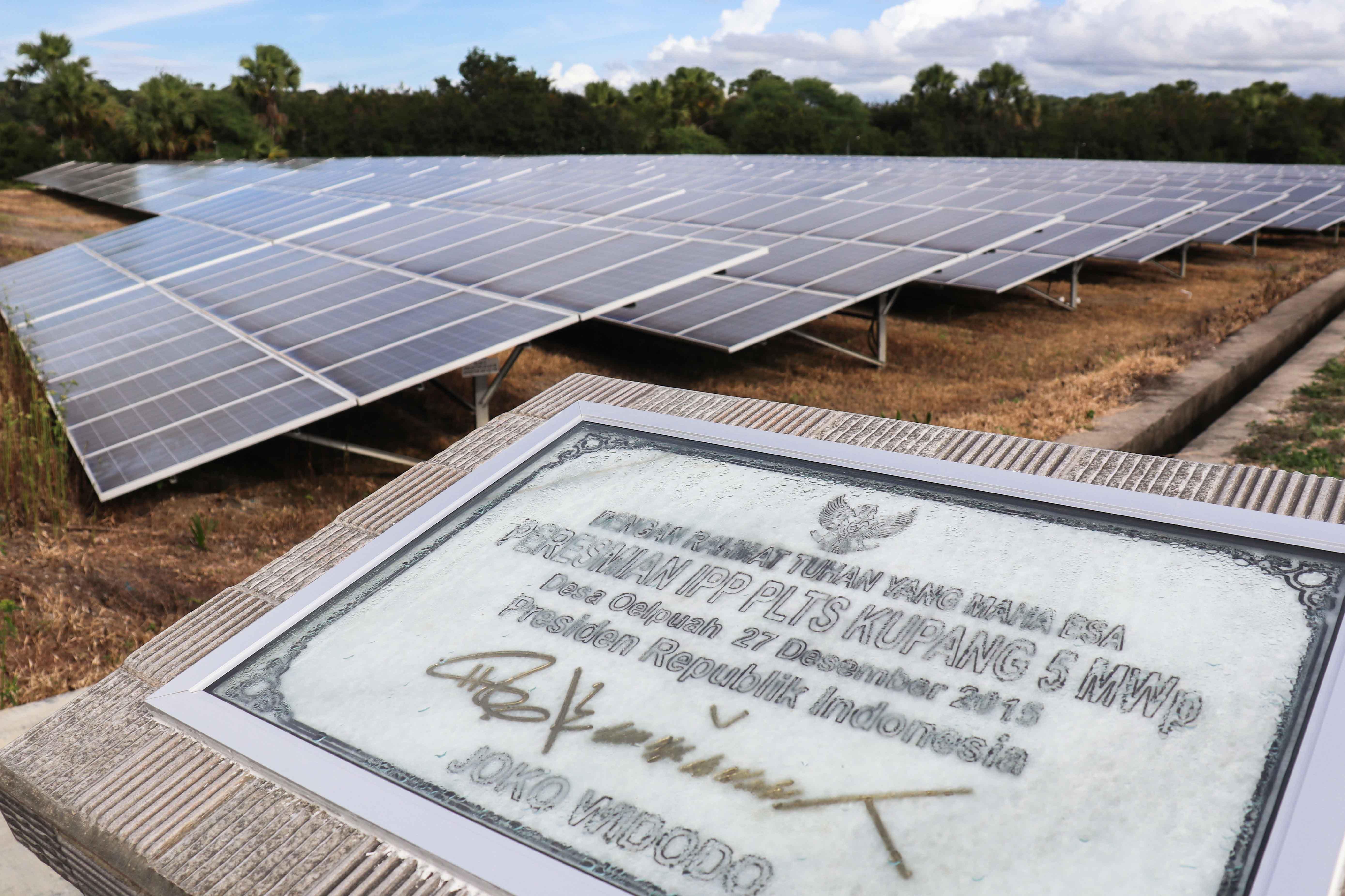 PLTS berkapasitas 5 MWp tersebut dibangun di atas lahan seluas 7,5 Ha dan diresmikan oleh Presiden Jokowi 27 Desember 2015 di Desa Oelpuah, Kupang Tengah, NTT.(14/02/2020)