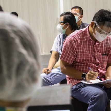 Pegawai Ditjen EBTKE mengisi riwayat kesehatan sebagai syarat untuk mendapatkan vaksin di lingkungan Gedung Sekjen KESDM, Jakarta (12/03/2021) (NS)