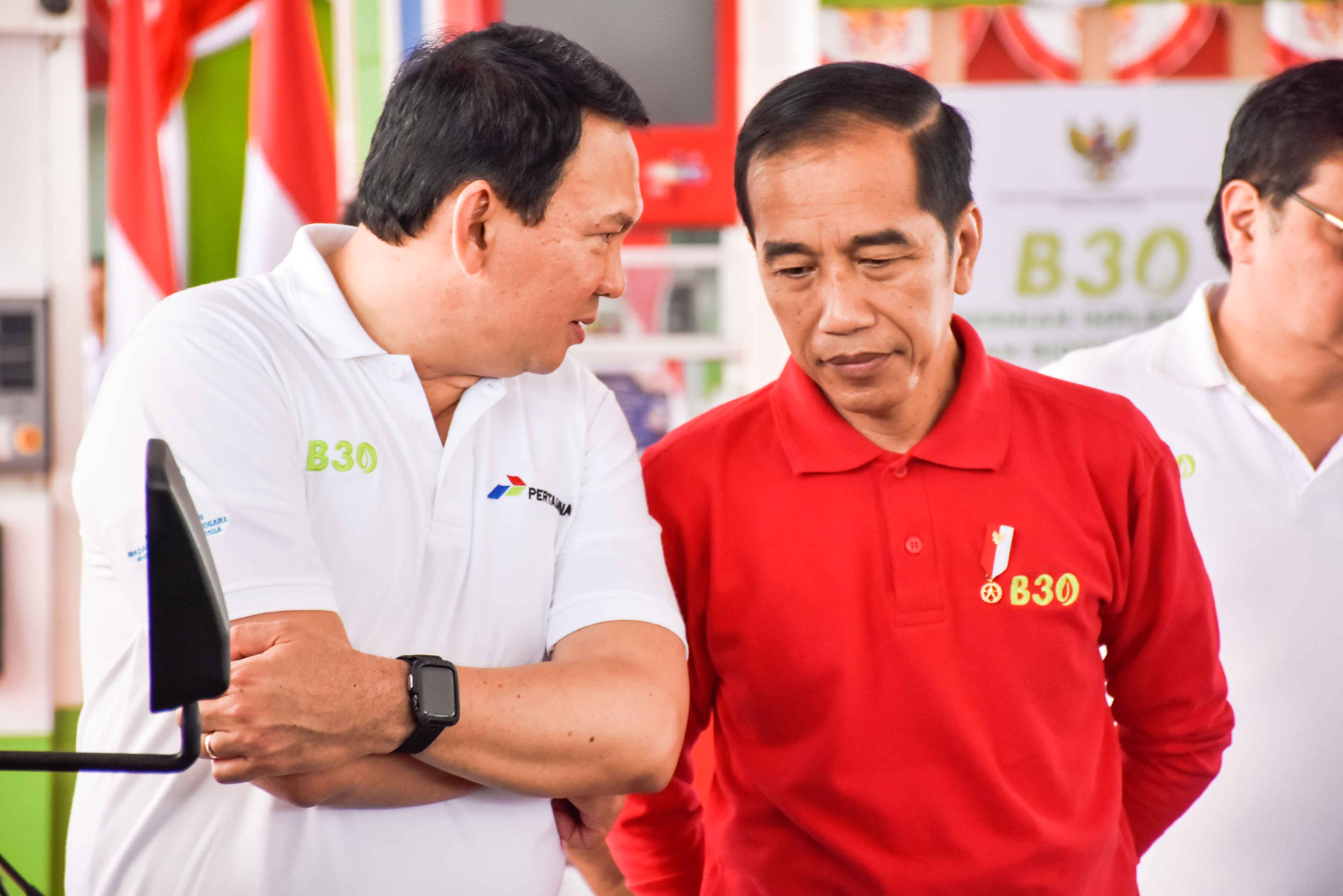 Presiden Indonesia Joko Widodo dan Komisaris Utama Pertamina Basuki Tjahaya Purnama pada peresmian implementasi program B30 di SPBU Pertamina Jalan MT Haryono Jakarta Selatan, Senin (23/12/2019).