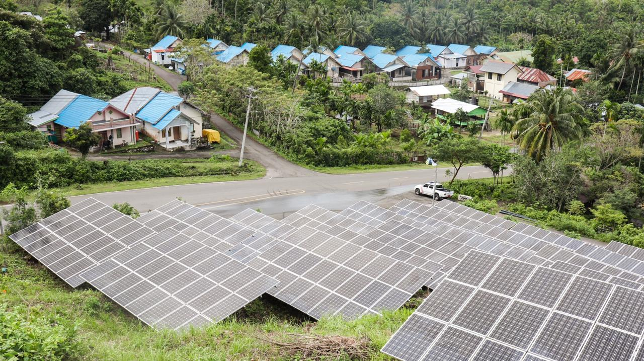 Panel Surya PLTS Hybrid yang berada di lokasi PLTD milik PT. PLN Persero di Kota Sabang, Provinsi Aceh (19/12/2020).