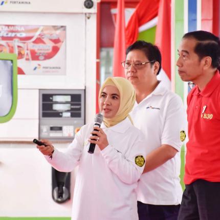Presiden Indonesia Joko Widodo ditemani Direktur Utama Pertamina Nicke Widyawati sedang melihat capaian proses menuju B30 di SPBU Pertamina Jalan MT Haryono Jakarta Selatan, Senin (23/12/2019).