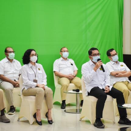 Pada acara Halalbihalal Dirjen EBTKE beserta jajaran Direktur hadir secara fisik di Gedung Slamet Bratanata, Jakarta (17/05/2021) (NS)
