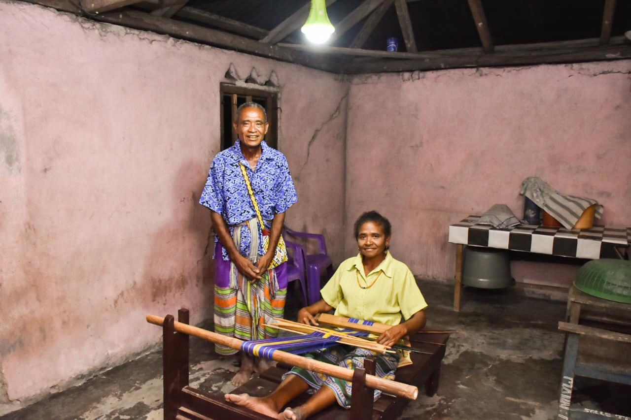 Ibu Naomi ditemani suaminya sedang membuat kain tenun di Desa Silu, Kabupaten Kupang, NTT, Selasa (13/01/2020). Rata-rata warga Desa Silu selain bekerja di ladang juga sebagai pengrajin tenun.