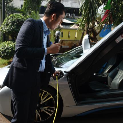 Peragaan Pengisian Listrik pada Mobil Listrik