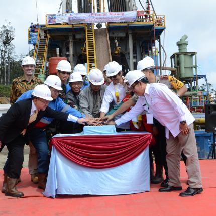 Penekanan Tombol sebagai simbol dimulainya penjajakan Sumur Eksploitasi Pertama WKP Rantau Dedap