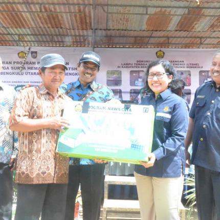 Simbolis Penyerahan Lampu Tenaga Surya Hemat Energi (LTSHE) kepada masyarakat kabupaten Bengkulu Utara