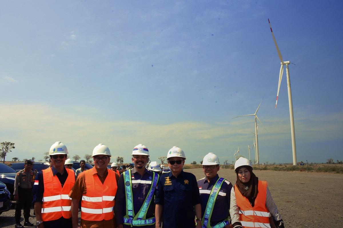Foto Bersama Menteri ESDM, Ignasius Jonan dan Dirjen EBTKE di lokasi PLTB Tolo I 72 MW