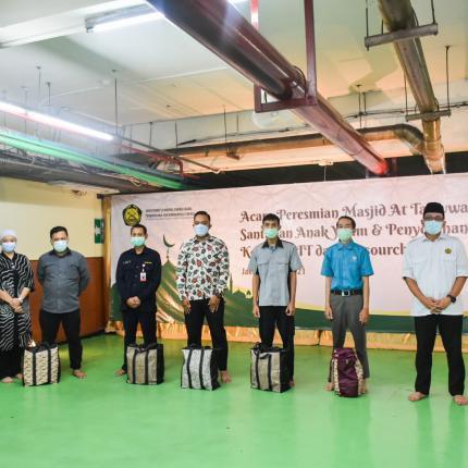 Selain santunan kepada anak yatim Ditjen EBTKE juga memberikan bingkisan lebaran kepada para PTT (pegawai tidak tetap), scurity dan Office Boy di Lingkungan Ditjen EBTKE, Jakarta (05/05/2021) (NS)