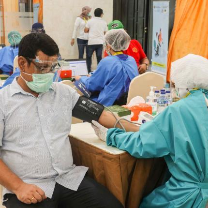 Sebelum divaksin para peserta dicek tekanan darahnya sebagai syarat untuk mendapatkan vaksin di lingkungan Gedung Sekjen KESDM, Jakarta (12/03/2021) (NS)
