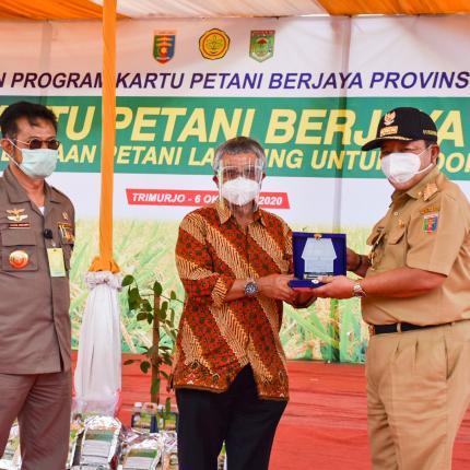 Dirjen EBTKE, F.X. Sutijastoto dan Gubernur Lampung, Arinal Djunaidi secara simbolis meresmikan Pompa Air Tenaga Surya di Kecamatan Trimurjo, Kabupaten Lampung. (06/10/2020)