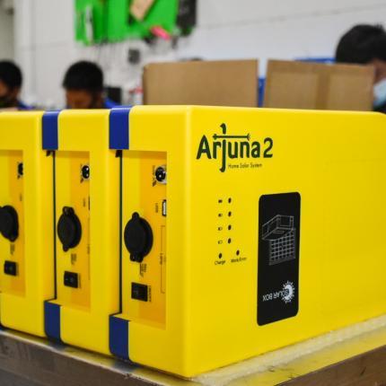 Arjuna 2 merupakan Alat Pengisian Daya Listrik (APDAL) yang dapat digunakan untuk menghidupi produk elektronik DC dan AC maksimal 200 Watt, diproduksi di PT. Farmindo Inovasi Teknologi, Bogor (15/04/2