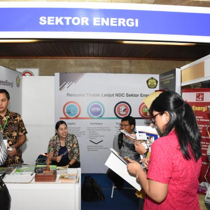 itjen EBTKE juga berpartisipasi dalam kegiatan pameran dengan menghadirkan Rencana Aksi dan Tindak Lanjut sektor energi untuk mencapai target NDC dan pembangunan rendah karbon