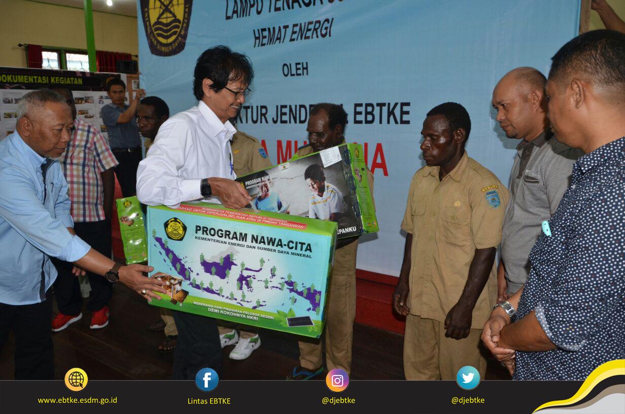 Dirjen EBTKE, Rida Mulyana secara simbolis menyerahkan Lampu Tenaga Surya Hemat Energi (LTSHE) kepada empat orang Kepala Kampung Kabupaten Asmat (Kampung Pulau Tiga, See, Obaa dan Suru-Suru)