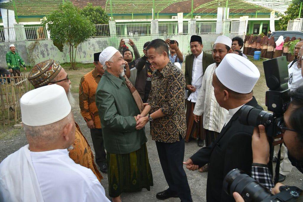 Menteri ESDM, Ignasius Jonan disambut oleh KH Fuad Nur Hasan, majelis keluarga Pengasuh Pondok pesantren Sidogiri
