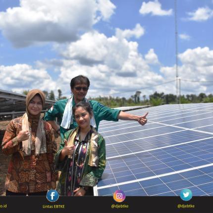 Foto Bersama Direktur Jenderal EBTKE, Rida Mulyana, Bupati Nunukan Asmin Laura H, dan Anggota Komisi VII DPR RI, Ari Yusnita di Lokasi PLTS Terpusat 75 kW di Kabupaten Nunukan.