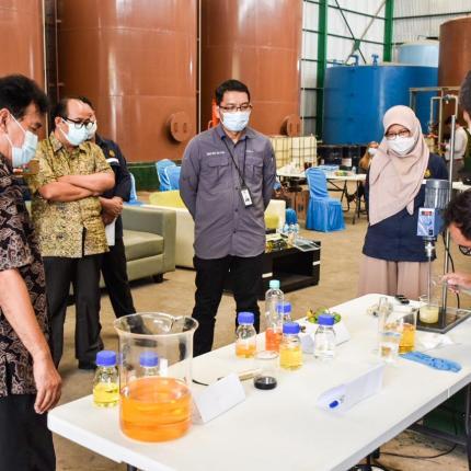Rombongan Ditjen EBTKE menyaksikan proses emulsifikasi skala kecil di Kawasan Marunda Center, Bekasi (17/02/2021)