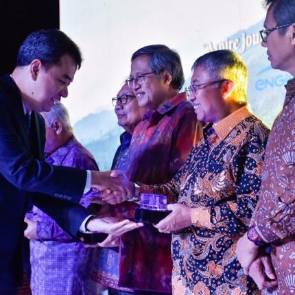 Penyerahan cinderamata oleh petinggi PT. Supreme Energy kepada Dirjen EBTKE, F.X Sutijastoto di hotel Four Seasons, Jakarta. (18/02/2020)