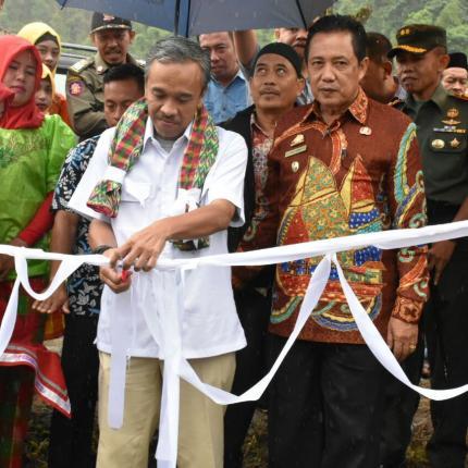 Pengguntingan Pita sebagai tanda Peresmian PLTMH Sinjai oleh Direktur Renbang Infrastruktur, Noor Arifien Muhammad