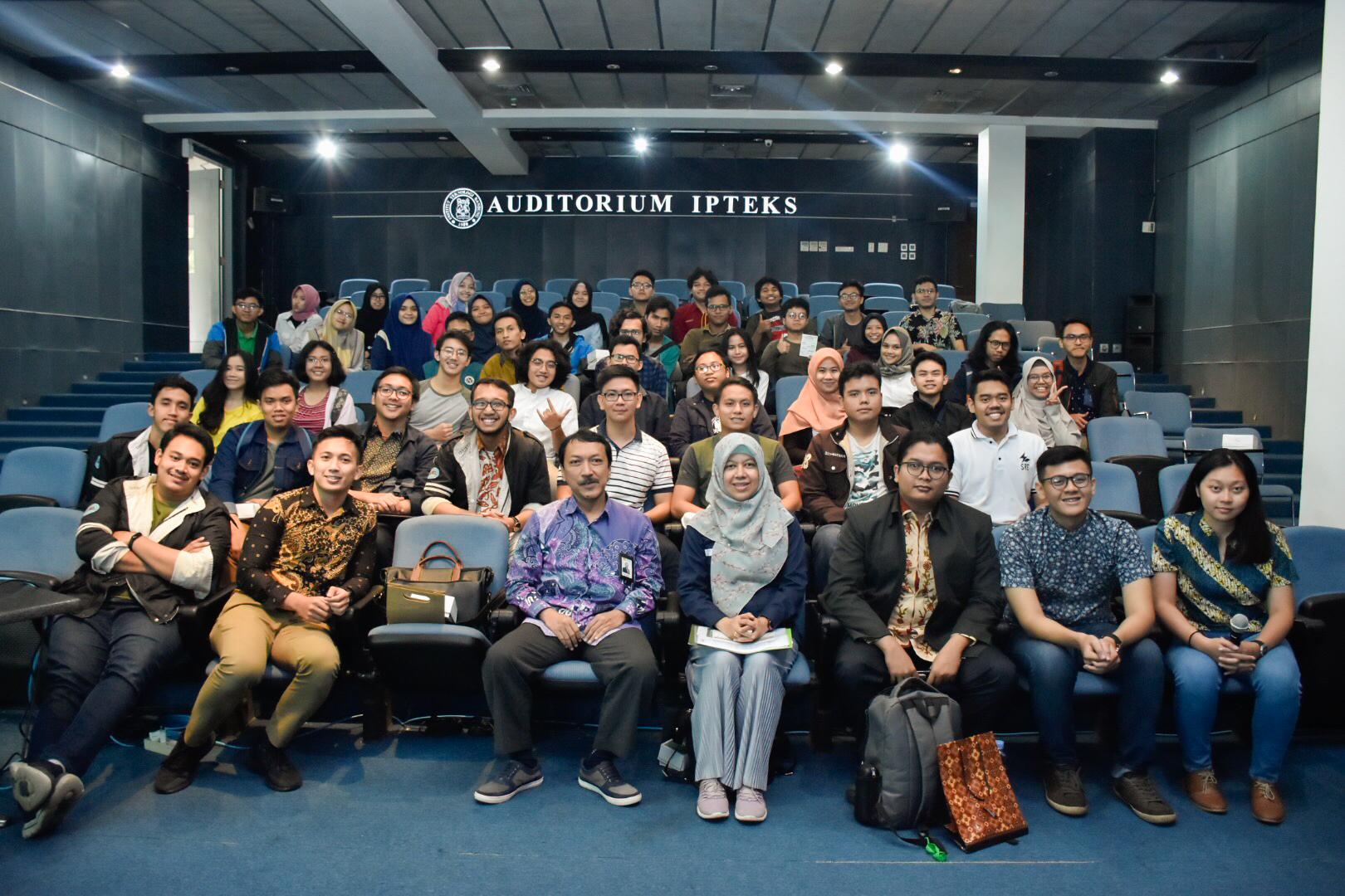 Foto bersama para narsum dan peserta seminar Society of Renewable Energy di Kampus ITB, Bandung. (07/03/2020)