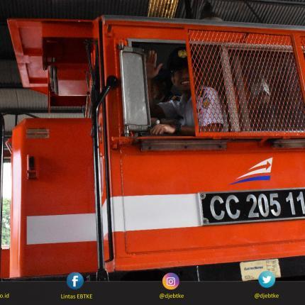 Masinis mengoperasikan lokomotif tipe cc 205 dalam pelepasan Rail Test Biodiesel 20% (B20) di UPT Balai Yasa Lahat Kabupaten Lahat, Sumatera Selatan