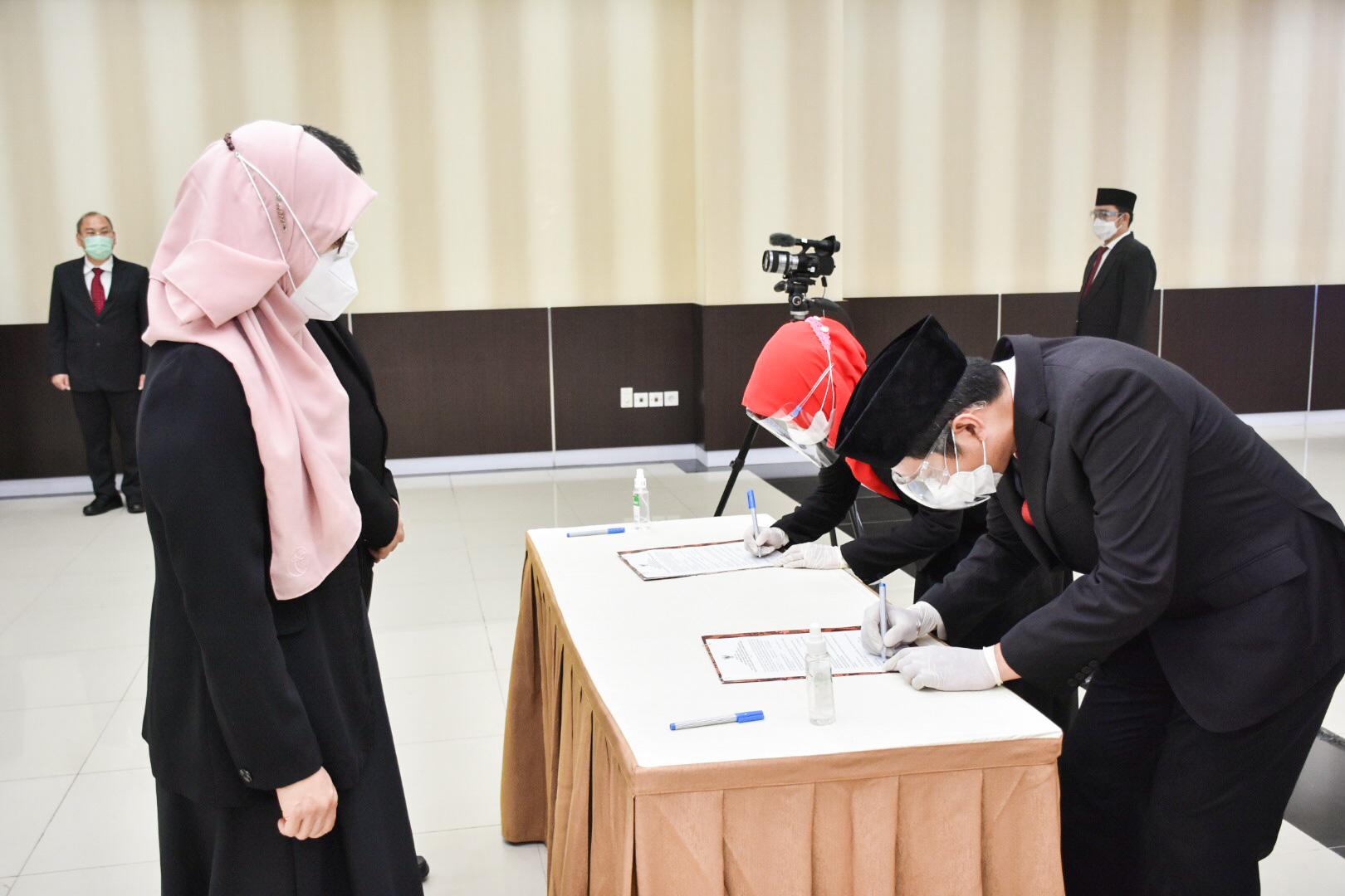 Penandatanganan Surat Keputusan bagi 23 Pegawai Negeri Sipil yang naik pangkat periode 1 April 2021 dan bagi dua orang pegawai yang memasuki masa purnabakti di Gedung Slamet Bratanata, Jakarta (05/04/
