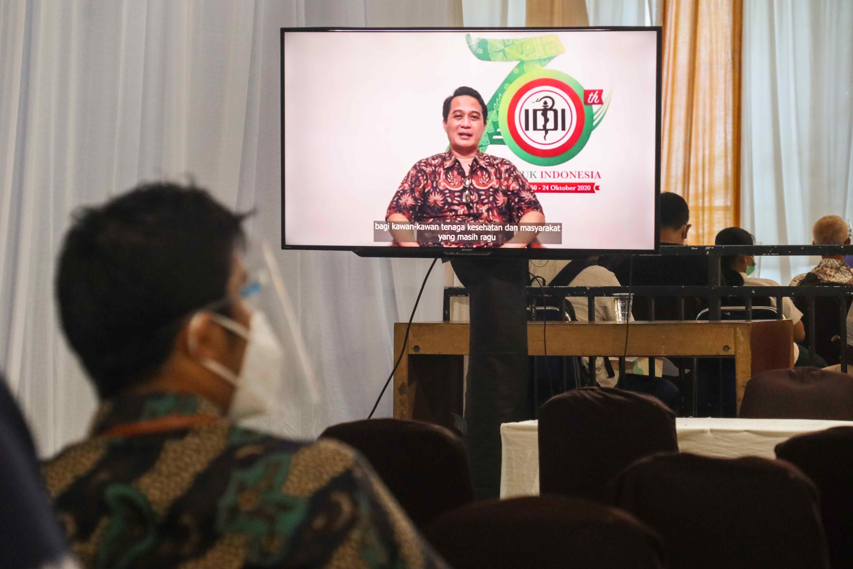 Para peserta diharuskan menunggu selama 30 menit di ruang observasi setelah proses vaksin di lingkungan Gedung Sekjen KESDM, Jakarta (12/03/2021) (NS)