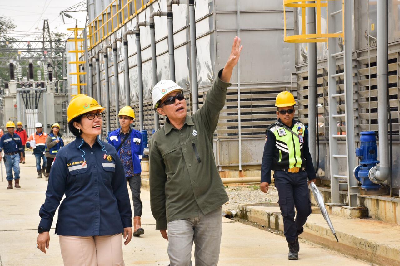 Eddiyanto dari PT. SGMP sedang menjelaskan proses kerja mesin pembangkit di PLTP Sorik Marapi, Kabupaten Mandailing Natal, Sumatera Utara. (13/02/2020)