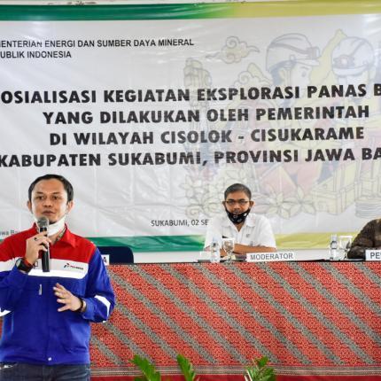 Salah satu pemateri dari PGE sedang memberikan paparan di acara sosialisasi explorasi Panas Bumi di Kecamatan Cisolok, Kabupaten Sukabumi. (02/09/2020)