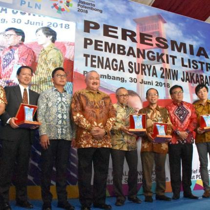 Foto Bersama Gubernur Sulawesi Selatan, Alex Noerdin, Direktur Aneka Energi Baru dan Energi Terbarukan, Harris dengan IPP