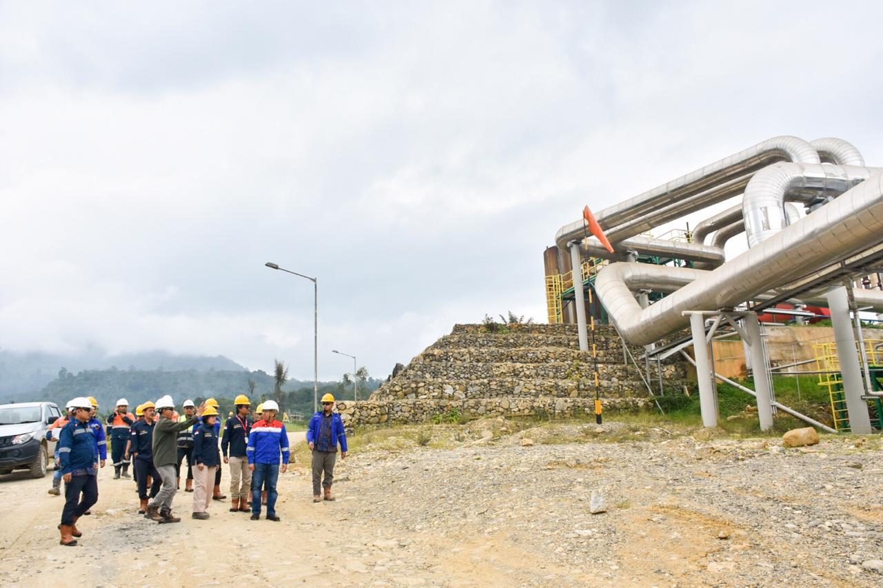Eddiyanto dari PT. SGMP menjelaskan progress pembangkit kepada rombongan dari EBTKE, PLN dan PGE di PLTP Sorik Marapi, Kabupaten Mandailing Natal, Sumatera Utara. (13/02/2020)