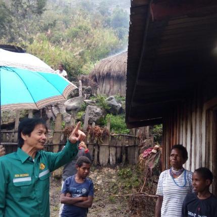 Dirjen EBTKE, Rida Mulyana meninjau rumah warga yang telah mendapatkan Lampu Tenaga Surya Hemat Energi (LTSHE) di Kabupaten Lanny Jaya, Papua