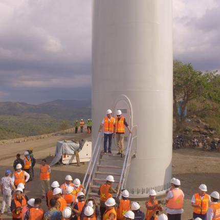 Menteri Energi dan Sumber Daya Mineral (ESDM) Ignasius Jonan melakukan kunjungan kerja ke lokasi proyek Pembangkit Listrik Tenaga Bayu (PLTB) Sidrap 75 MW di Desa Mattirotasi dan Lainungan, Kecamata